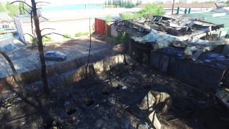 При крупном пожаре на складе в Воронеже пострадали два автомобиля