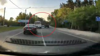 В Воронеже водитель автобуса с пассажирами устроил гонки с «КамАЗом»