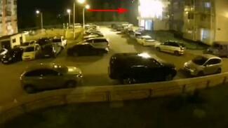 В воронежском ЖК из-за сигнальной ракеты вспыхнул балкон: появилось видео