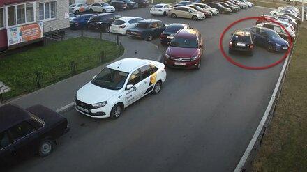 В воронежском ЖК неизвестный водитель снёс  3 припаркованных авто: появилось видео
