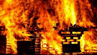 В Воронежской области обрушилась крыша горящего дома: пострадал человек