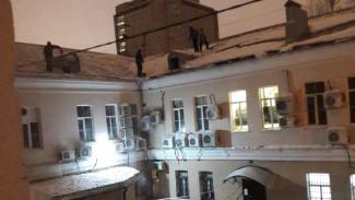 Воронежцев среди ночи разбудили коммунальщики, сбивающие сосульки перфораторами