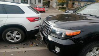 В центре Воронежа в ДТП с двумя иномарками пострадала девушка