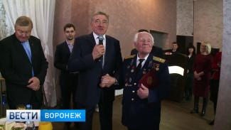 Воронежские ветераны вручили сенатору Лукину медаль к 100-летию Красной Армии