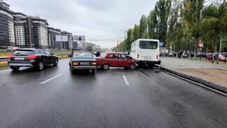 В Воронеже 90-летний водитель устроил массовое ДТП у остановки