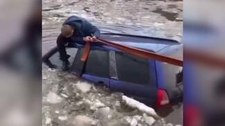 В водоёме под Воронежем едва не утонула иномарка: появилось видео
