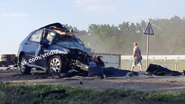 Очевидцы: водитель иномарки пошёл обгон и попал в смертельное ДТП на трассе под Воронежем