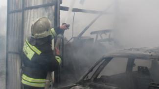 В воронежском микрорайоне вспыхнули два автомобиля и гараж