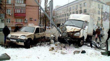 В центре Воронежа из-за ДТП две машины налетели на забор и снесли светофор