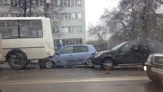 В Воронеже столкнулись 3 иномарки и 2 маршрутки: ДТП заблокировало дорогу
