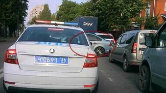 Воронежец грубо нарушил ПДД в метре от полицейских: появилось видео