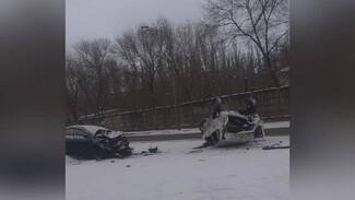 Легковушка опрокинулась после массового ДТП в Воронеже: водитель выжил