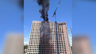 В Воронеже загорелась крыша строящегося 22-этажного дома: появилось видео