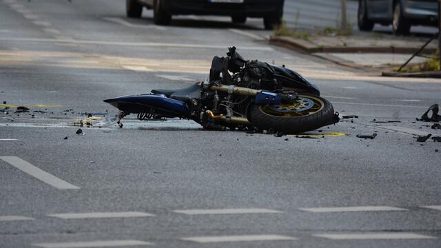 В Воронежской области мотоцикл разбился в ДТП со стоящим на обочине внедорожником