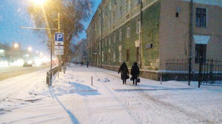 В Воронеже снесли перегородивший тротуар огромный рекламный щит