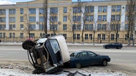«Газель» прищемила легковушку в массовом ДТП в Воронеже