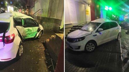 Kia согнулась пополам от удара о лестницу в центре Воронежа: есть пострадавшие
