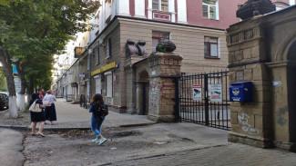 Ремонт уникальных ворот дома в центре Воронежа отложили из-за резкого похолодания
