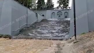 Огромный водопад появился на лестнице в центре Воронежа из-за слива фонтана