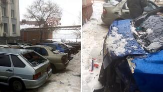 В центре Воронежа упавший с крыши снег со льдом разбил ещё 4 машины