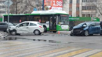 В Воронеже в ДТП на перекрёстке пострадали трое взрослых и 4-летний мальчик