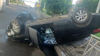 В центре Воронежа иномарка влетела в забор у больницы и перевернулась