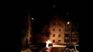 Воронежцы поделились видео полыхающей дорогой иномарки