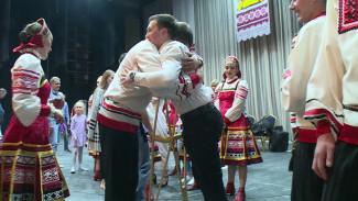 «Он будет танцевать». Артисты воронежского хора помогли танцору, потерявшему ногу в ДТП