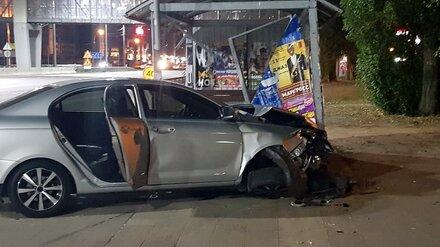 В Воронеже иномарка влетела в остановку: погиб пешеход