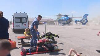 Под Воронежем спасатели и медики устроили учебное ДТП с бензовозом и микроавтобусом