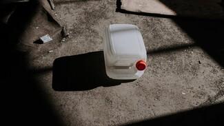 В центре Воронежа на мусорке нашли канистры с химическом веществом