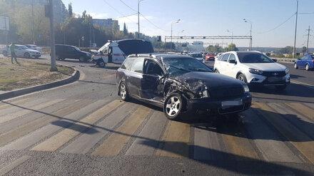 В Воронеже в ДТП со скорой на перекрёстке оказалось трое пострадавших