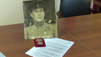 В Воронеже внучке убившего 150 нацистов танкиста вернули утерянную медаль