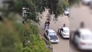 Во дворе дома в Воронеже сбили ребёнка на велосипеде: отец и водитель устроили драку