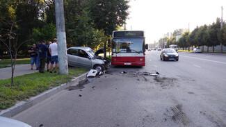 В Воронеже столкнулись пассажирский автобус и легковушка: есть пострадавшие