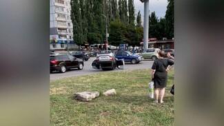 «Лада» опрокинулась у популярного воронежского ТЦ: есть пострадавшая
