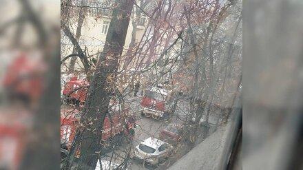 Школу в центре Воронежа заволокло дымом из-за пожара в бане