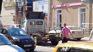 Дорогу в центре Воронежа завалило хлебом из-за ДТП с грузовиком