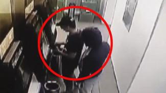 ВИДЕО: В Воронеже мигранты умудрились внести купюры «Банка приколов» в терминал