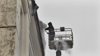 Воронежские коммунальщики очищали крыши от сосулек без выходных