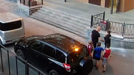 Избиение 8-летнего мальчика заступившимся за дочь воронежцем сняли камеры наблюдения