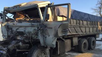 В ДТП с тремя большегрузами на воронежской трассе погиб водитель «КамАЗа»