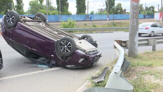 В Воронеже на развязке у Северного моста перевернулось авто с маленьким ребёнком