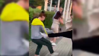 Женщину с сестрой и дочерью избили на Адмиралтейке в Воронеже: появилось видео