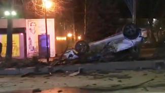 Появилось видео с перевернувшейся иномаркой в сквере в центре Воронежа