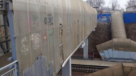 Воронежцы пожаловались на опасный пешеходный мост через железную дорогу