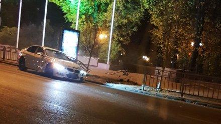 В Воронеже иномарка снесла дорожное ограждение на площади Ленина