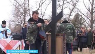 Казаки в центре села Старая Криуша установили памятный крест