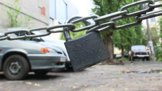 Цепи и шлагбаумы. Как воронежцы защитили дворы перед запуском платных парковок