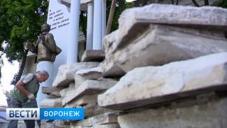 В Воронеже начали реставрировать памятник Пушкину